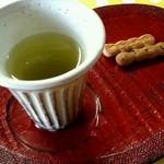 長屋門cafe いわさき花門 - 緑茶とお茶請けを楽しみながら提供を待ちます(2014.05)