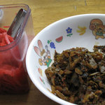 未羅来留亭 - 卓上の紅しょうがと辛子高菜。