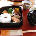 青山亭 - お弁当 焼き魚と煮物 小鉢、味噌汁もつきます