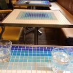 Cafe FLEUR - カラフルなタイルのテーブル。真夏はホッペをつけてひんやり〜(。 >艸<)