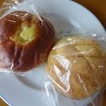 27060797 - 左:クリームパン 右:メロンパン 各50円