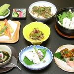 活魚料理 待多郎 - <鱧づくし会席>先付・吸物・造り・焼物・小鍋・揚物・御飯・デザート。全8品です。鱧をとことん楽しめコースになっております。