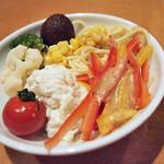 博多とんかつ処浜田屋 - 定食メニューはサラダバー付き。