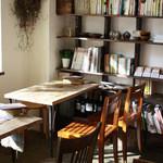 ネマルカフェ - 緑と本に囲まれた店内