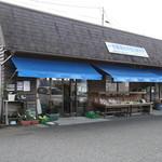 牧園町特産品販売所 - 外観はかなりシンプルですが、店内には野菜、パン、お弁当、惣菜等、手作り食材がたくさん!!