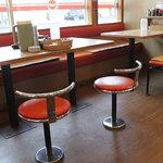 天下一品 - カウンター6+6、4人掛け席×6(椅子はベンチだったり単独だったり)。