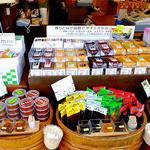 こうじや柴田春次商店 - 店頭に並んだ味噌・味噌製品