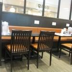 27076488 - お店はテーブル席中心で外食チェーンのお店らしく清潔感溢れる店内になってます。