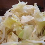 鳳 - きゃべつ多めの茹で野菜。  一口大でザクザクとした食感。