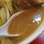 鳳 - 濃厚豚骨醤油スープは、とろみのある乳化タイプ。  こってりしながらもカドがなく、マイルドな味わい。