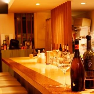カウンターで上品に愉しむ。ワイン片手にお忍びで♪