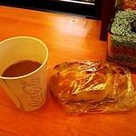 すかいベーカリー - 料理写真:自販機のコーヒーとウインナーロールパン(2014/5)