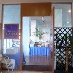 港のホテル - レストランの入口です。