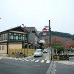 日本料理 疏水亭 - 駅から疏水沿いに真っ直ぐ