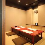 貴舟 - 【お月逢い】掘りごたつ/2~4名  朱塗りのテーブルが和モダンな雰囲気を醸し出す、スタイリッシュな空間です。