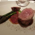レストラン ラ フィネス - アントレ ミルクラム 奥は前脚を4時間じっくり焼いてゼラチン質を残した食感、ももは短時間で焼き上げたサクサクな食感