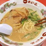 天下一品 - 特製バラチャーシュー麺、980円−半麺50円引き。丼は何故か大型縁付き。
