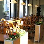 カフェ・ワン - 窓からは日差しが差し込む、明るい店内です