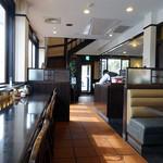 とんかつ浜勝 - 「浜勝 到津店」カウンター席とテーブル席