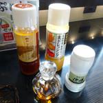 とんかつ浜勝 - 「盛り合わせかつ定食」2種類のドレッシング・ミルに入った蒙古の塩・醤油