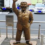 吉田パン - 駅前の両さん像