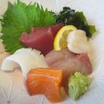 活魚水産 - 刺身 マグロ、イカ、ホタテ、サーモン、ハマチの5種盛り