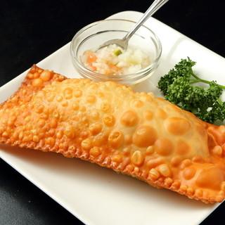 パステル、ブラジルの揚げ物。チーズがたっぷり食べ応え充分!