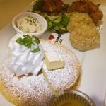 モロコバー - 大人のためのキッズパンケーキプレート♡玄米、もち粉チキン、グリーンサラダ、マカロニサラダ♪