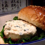 """横浜観光取引所 道中  - 前まえから気になっていた""""さつま揚げのバーガー"""" 開港バーガー。ものすごく美味しいです。さつま揚げ・バンズ・和風マヨネーズソースそれぞれの美味しさが調和した絶品です。"""