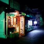 横浜観光取引所 道中  - 道中さん店舗外観。大桟橋のたもとにある2坪程度の小さなお店です。