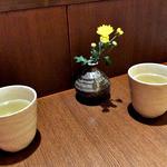 生そば 冨士川 - 卓上には花が飾られていました