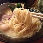 27102075 - 濃厚とんこつ塩らーめん(650円)麺リフト