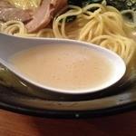 神山 翁橋店 - 濃厚とんこつ塩らーめん(650円)スープ