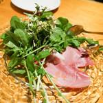 27103447 - 山北町の無農薬ルーコラの香り高いサラダ 満州豚のハム添え