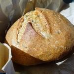 カドナ - 黒ごまとカマンベールのライ麦パン
