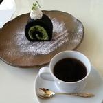 27117712 - 竹炭抹茶ロールケーキ(650円)です。2014年4月