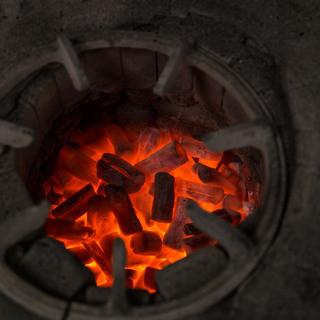 """""""鳥すきやき""""は備長炭でじっくり焼きあげます"""