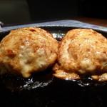 お寿司と焼鳥きっちん 祐星 - 自信満々!卵黄付き鶏つくね¥500