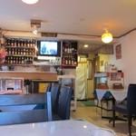 フルバリ - お酒のビンがたくさん飾られた食堂風の店内