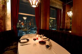 Legato - ソファシートでは、片側に夜景、片側にオープンキッチンとメインフロアを見下ろせます。