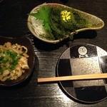琉球和食 わらい場 - 海ぶどうが大きくて、ぷちぷちしていてとても美味しかったです!ミミガーは塩だれとよく合っていて、お酒が進みます!