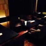 キッチン レモン バー - ゆったりとしたテーブル席。団体様も10名様までお使いいただけます。