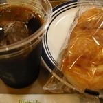 ホリーズカフェ - ダッチアイスコーヒーとハムチーズデニッシュ