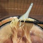 一蘭  - 小麦を独自にブレンドした麺は福岡のラーメンらしくストレートの細麺、スープとの絡みも抜群です。