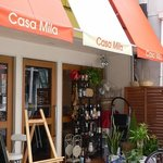 Spanish Dining Casa mila - お店の入口です。お洒落な感じのお店ですよね。オレンジとオフホワイトがいい感じです。