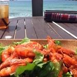 パームビーチ カフェ - ガーリックシュリンプ。チリソースがかかっていて予想外のタイ風