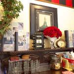 ハギワラミルクハウスローザス - 店内のディスプレイ。ローザスというだけあって、バラのイメージ