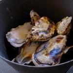 かき小屋本舗 - 牡蠣の殻、めっちゃ食べました!