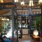 星乃珈琲店 - 入り口から中央の部屋を望む
