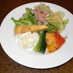Spanish Dining Casa mila - 今回はパエリアランチ(魚介)にしました。パエリアランチは魚介、イカスミ、トリとたまごの3種類があります。まずは前菜のサラダからです。